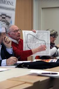 Mr XXXXX montrant le fruit d'une reconstitution cartographique sparnacienne.